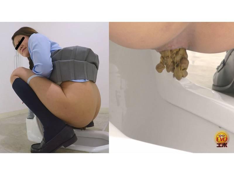 学校トイレ盗撮 女子校生の昼休み 急ぎめうんち2   和式便器から、はみでたウンチ Jade